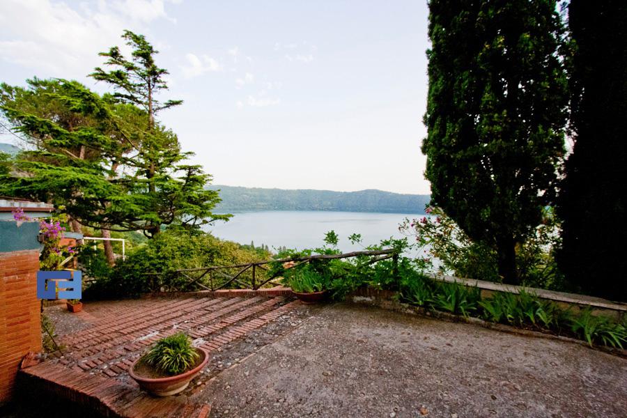 Villa castel gandolfo vendita lago albano for Piani di 20x30 posti auto coperti