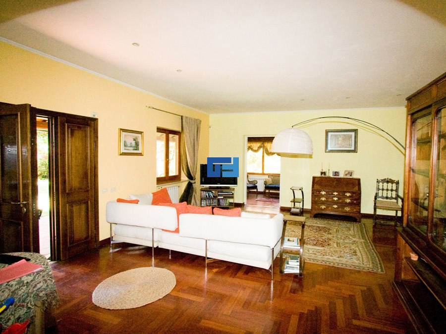 ... con sala da pranzo, cucina abitabile, cinque camere da letto, tripli